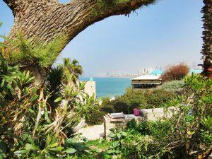 Foto de Tel Aviv tirada de um ponto mais elevado da cidade em que mostra a paisagem e uma das praias, comprovando que Israel tem turismo à beira-mar