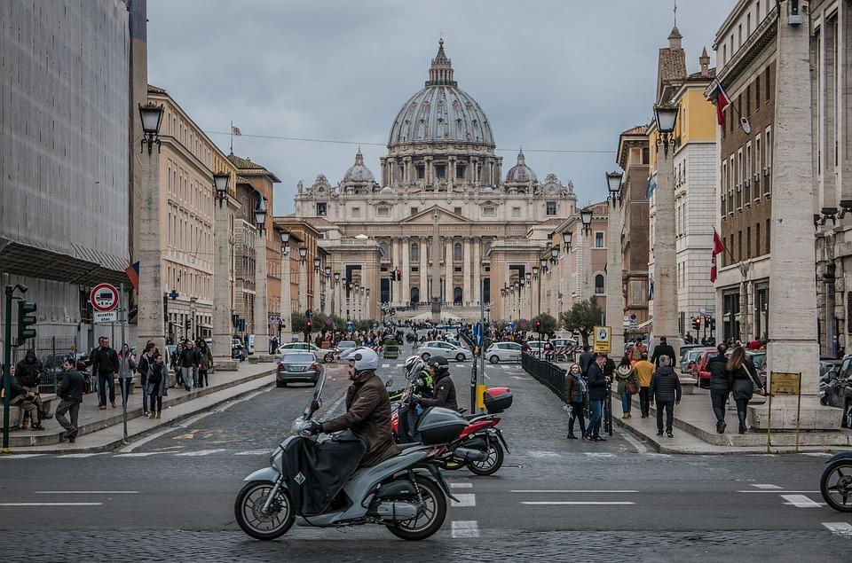Trânsito circulando em frente à Basílica de São Pedro, no Vaticano
