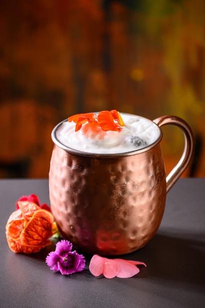 Aprenda a receita de moscow mule com cranberry, drink que leva o sabor e as cores da Primavera