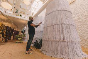 15 artesãos confeccionaram os provadores da loja recém-inaugurada em Moema (SP) e todo o processo resultou em um minidocumentário